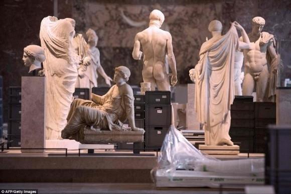 Bảo tàng Louvre đã buộc phải đóng cửa và chỉ có 72 giờ đồng hồ để sơ tán toàn bộ hiệm vật nhằm đề phòng ngập lụt.