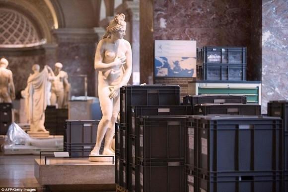 Hơn 250.000 hiện vật tại tầng hầm hầm của bảo tàng cũng đã được di dời. Đây được cho là hoạt động sơ tán lớn nhất tại bảo tàng Louvre kể từ sau Thế Chiến II.