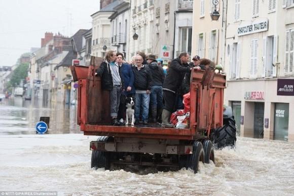 Người dân Nemours, Paris phải gấp rút sơ tán trên các phương tiện cứu hộ do lo ngại lũ lụt dâng cao.