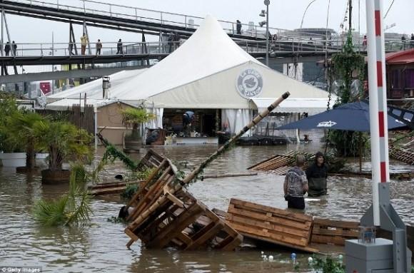 """Nhiều khu vực bên bờ sông Seine gần như bị """"nuốt chửng"""" do mực nước sông đang ngày một dâng cao."""