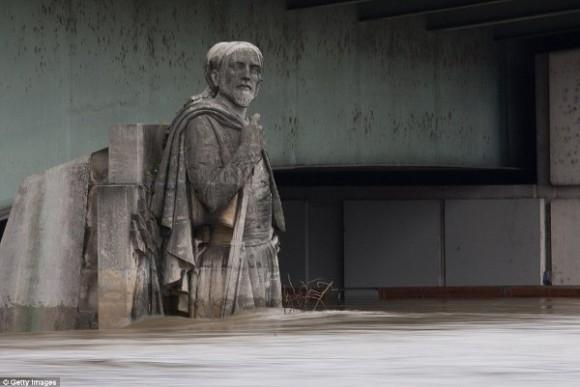 Bức tượng Zouave bên dưới cầu Alma thường được sử dụng để xác định mực nước sông Seine. Trong cơn lũ lịch sử năm 1910, nước sông Seine đã dâng ngập cổ bức tượng này.