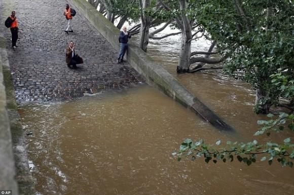 """Tổng thống Pháp Francois Hollande đã phải tuyên bố trận lụt kinh hoàng này là một """"thảm họa thiên nhiên""""."""