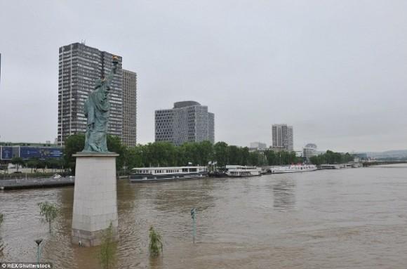 """Bức tượng Nữ thần Tự do tại Paris nằm trơ trọi giữa """"biển"""" nước."""