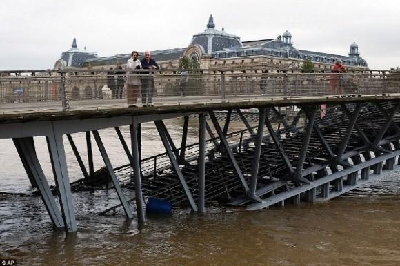 Tờ Le Parisien dự báo mực nước sông Seine có thể chạm đỉnh 5,9m.