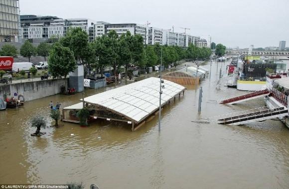 Theo Daily Mail, hiện đã có tổng cộng 9 người thiệt mạng do lũ lụt tính riêng tại Pháp và Đức.