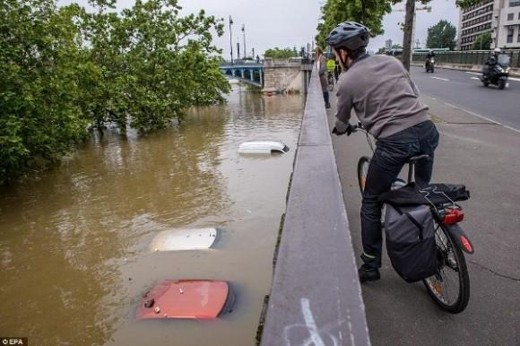 Tại vùng ngoại ô Paris, nhiều người đã tỏ ra bất ngờ khi chứng kiến cảnh hàng loạt chiếc xe hơi đang... ngâm mình dưới dòng nước lũ.