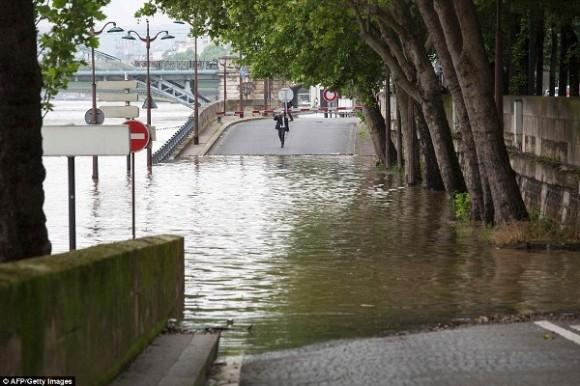 Do sức ảnh hưởng quá lớn từ đợt lũ, người dân Paris đã hạn chế ra đường do mọi ngả đều đã bị nước nhấn chìm.