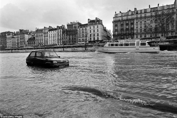 """Hình ảnh những chiếc ô tô lướt một cách chậm chạp giữa """"biển"""" nước mênh mông đã trở thành """"biểu tượng"""" cho trận lũ lớn thứ 2 trong lịch sử nước Pháp."""
