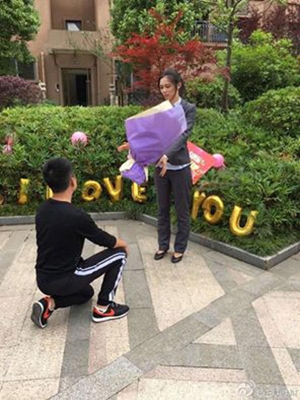 Sau khi thoát nạn chàng trai tiếp tục cầu hôn bạn gái.