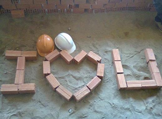 Một ngôi nhà đang xây, hai quả tim vàng. (Ảnh: Internet)
