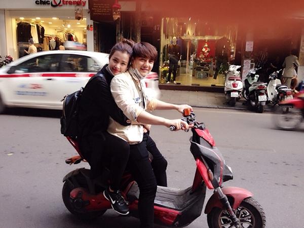 Đông Nhi - Ông Cao Thắng cũng sử dụng xe đạp điện để đi chơi như các bạn trẻ hiện nay. - Tin sao Viet - Tin tuc sao Viet - Scandal sao Viet - Tin tuc cua Sao - Tin cua Sao