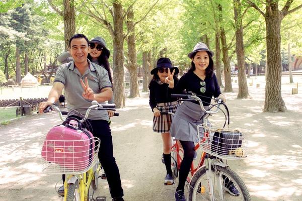 Đôi khi anh cũng cùng vợ đèo các con đi chơi bằng xe đạp thân thiện với môi trường. - Tin sao Viet - Tin tuc sao Viet - Scandal sao Viet - Tin tuc cua Sao - Tin cua Sao