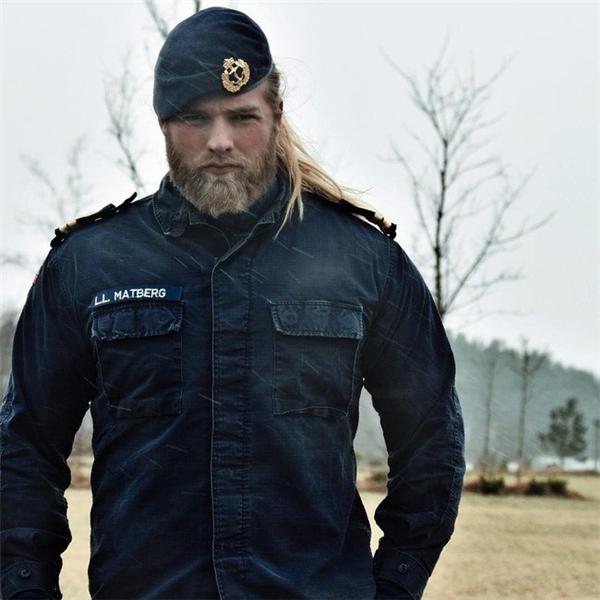 Lasse cuốn hút trong quân phục thủy quân.