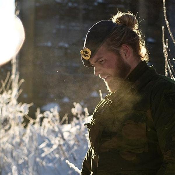Lasse cực điển trai với mái tóc được búi lên gọn gàng khi làm nhiệm vụ.