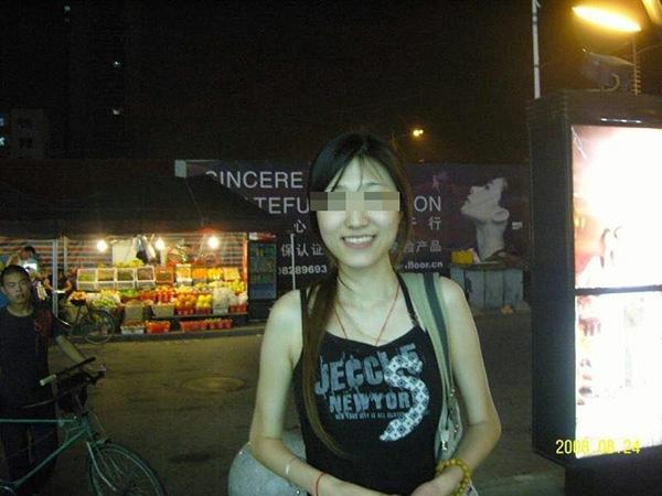 Cô Yu, 29 tuổi, trước khi phẫu thuật thẩm mỹ là một du học sinh, có bằng thạc sỹ.