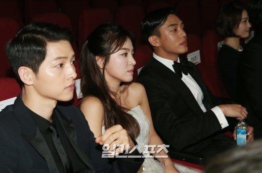 Song Joong Ki, Song Hye Kyo và Yoo Ah In ngồi cạnh nhau trong đêm trao giải. Ảnh: Sports Seoul.