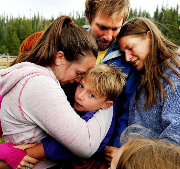 Gia đình cậu bé vỡ òa trong hạnh phúc khi Malachi Bardsley vẫn bình an vô sự.