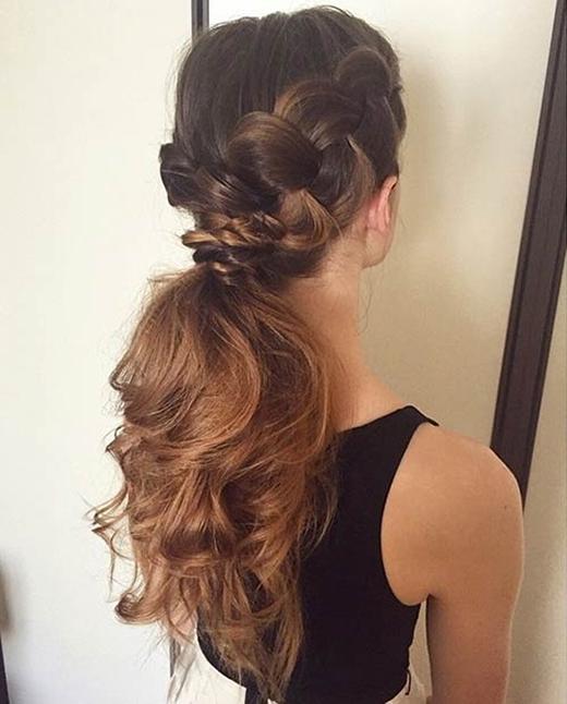 Tóc buộc thấp sau đó làm xoăn đuôi rất thích hợp để diện những bộ cách khoe lưng trần hay vai trần gợi cảm. (Ảnh: Internet)