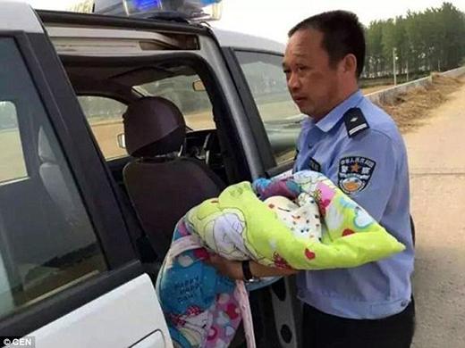 Người giải cứu đứa bé là 2 cảnh sát địa phương -Zhoao Erhai và Xiao Baiyang. (Ảnh: Internet)