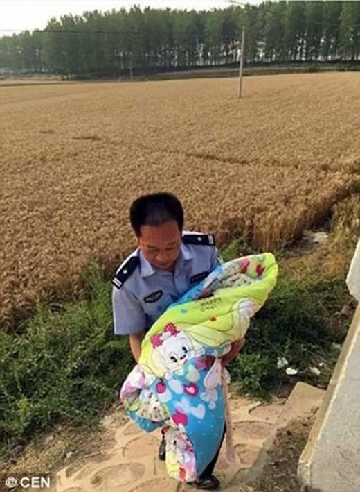 Phẫn nộ trước hình ảnh đứa bé bị bỏ rơi dưới gầm cầu