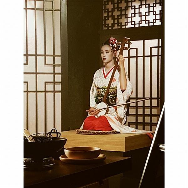 Trang Khiếu có giây phút đẹp đến xuất thần khi hóa thân vào người thiếu nữ Nhật Bản trong trang phục kimono truyền thống. - Tin sao Viet - Tin tuc sao Viet - Scandal sao Viet - Tin tuc cua Sao - Tin cua Sao