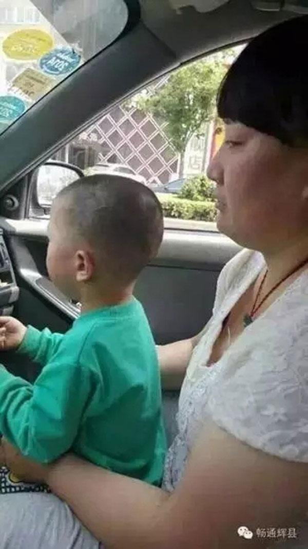 Cảm thấy nghi ngờ, người tài xế đã bí mật dùng điện thoại chụp lại hình của người phụ nữ và đứa trẻ.