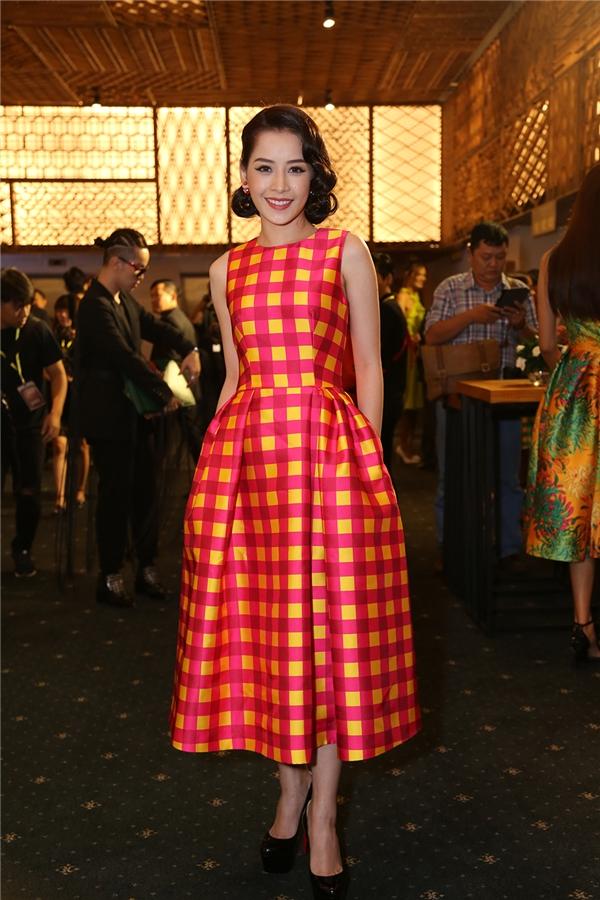 Chi Pu diện váy xòe theo phong cách cổ điển với những đường kẻ sọc ca rô tinh tế. Hai sắc màu vàng, hồng mang lại sự trẻ trung cho nữ diễn viên.