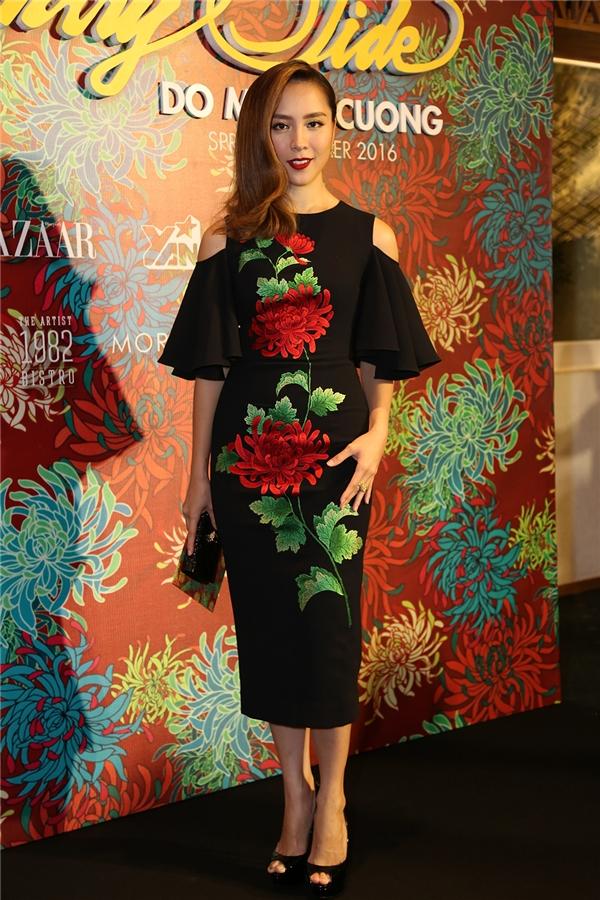 Dương Trương Thiên Lý thanh lịch với váy bodycon, họa tiết hoa cúc thêu tay màu đỏ.