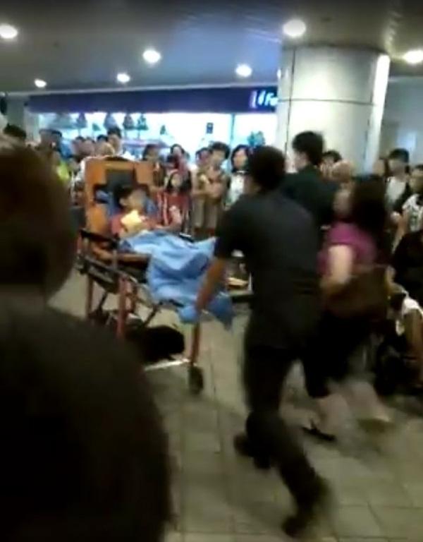 Ngay lập tức, cậu bé được đưa đến bệnh viện cấp cứu trong tình trạng ngón chân bị gãy.