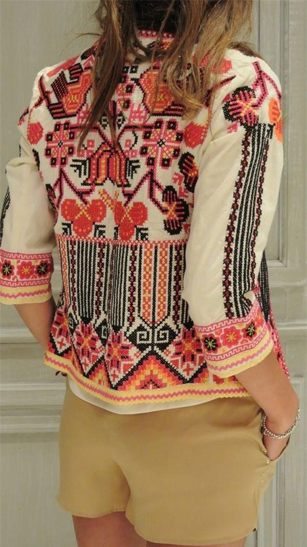 Một chiếc áo in họa tiết thổ cẩm như thế này cũng giúp bạn thêm nổi bật trong những ngày hè. (Ảnh: Internet)