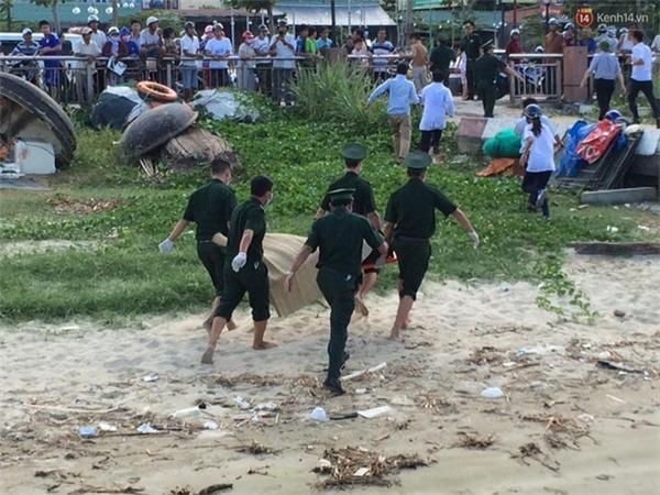 Thi thể nạn nhân đang được đưa về chân cầu Thuận Phước để người thân nhận mặt - (Ảnh: Phương Thảo)
