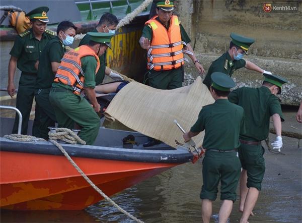 Ngay sau khi phát hiện thi thể, bộ đội biên phòng đã đưa nạn nhân về chân cầu Thuận Phước cho người vợ nhận diện - (Ảnh: Phương Thảo)