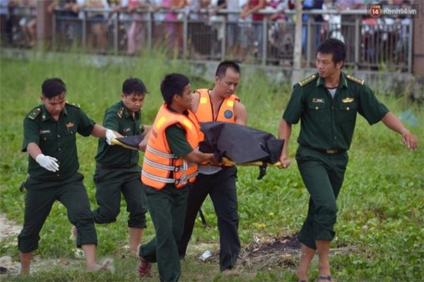 16h40, thi thể bé trai cũng được tìm thấy và đưa lên bờ - (Ảnh: Phương Thảo)