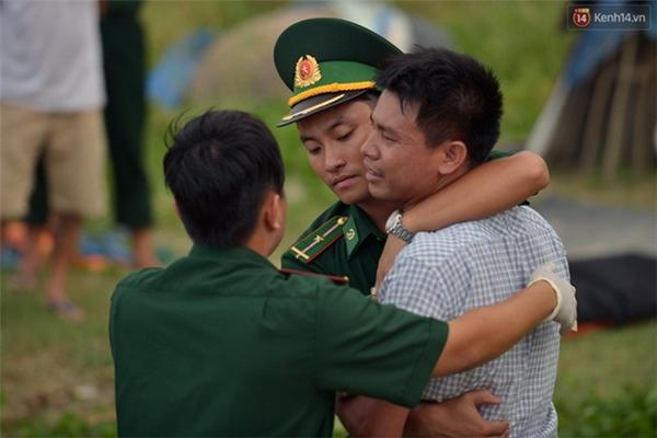 Bộ đội biên phòng động viên người thân 2 nạn nhân xấu số - (Ảnh: Phương Thảo)
