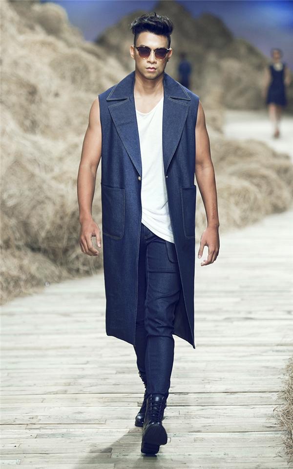 Ở trang phục dành cho nam giới, tinh thần đơn giản, mạnh mẽ được Đỗ Mạnh Cường truyền tải qua từng đường kim mũi chỉ.