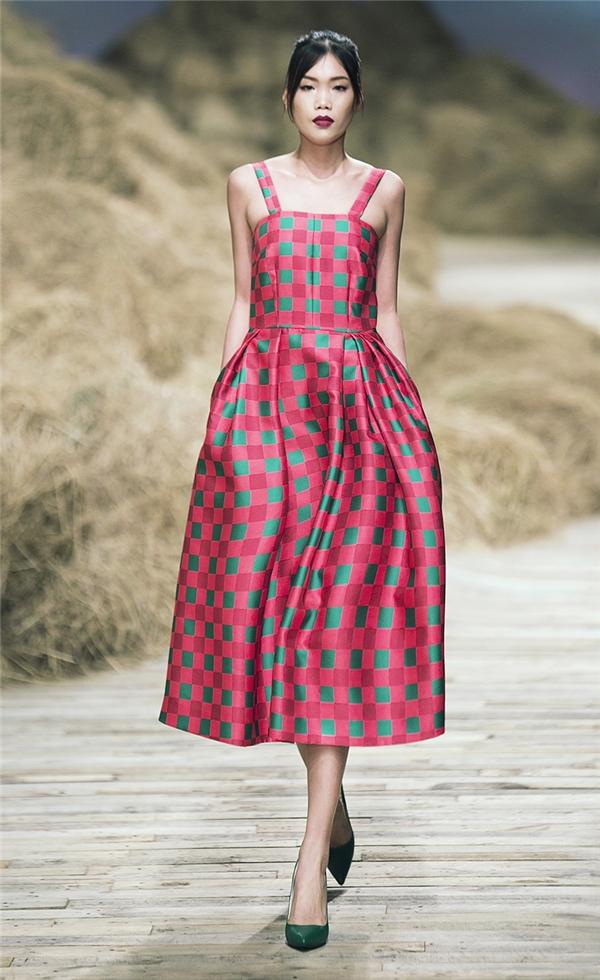 Với họa tiết caro, các thiết kế được biến tấu đa dạng từ váy áo điệu đà cho đến những dáng áo kết hợp quần âu, chân váy hiện đại, thanh lịch.