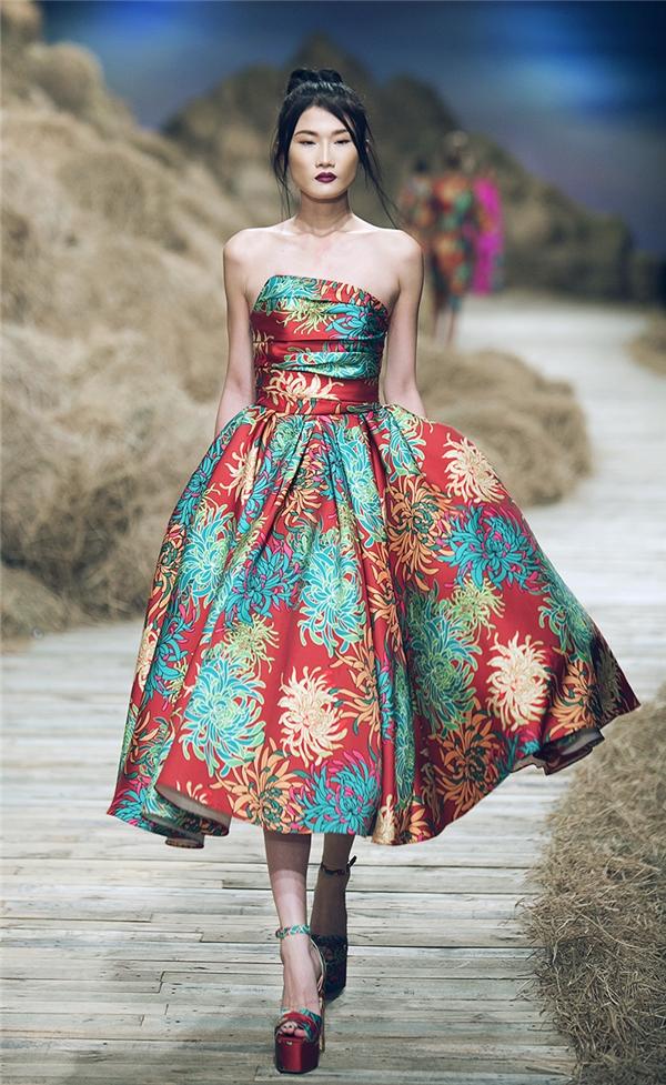 Với họa tiết hoa cúc, Đỗ Mạnh Cường giới thiệu 2 lớp trang phục riêng biệt: in và thêu tay truyền thống.
