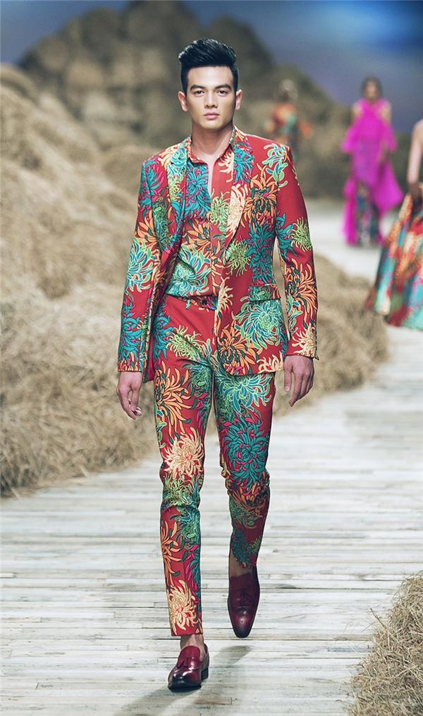Với họa tiết in, Đỗ Mạnh Cường khiến khán giả liên tục trầm trồ với những bông hoa lớn, nhỏ đan lồng vào nhau tỉ mỉ đến từng đường nét.