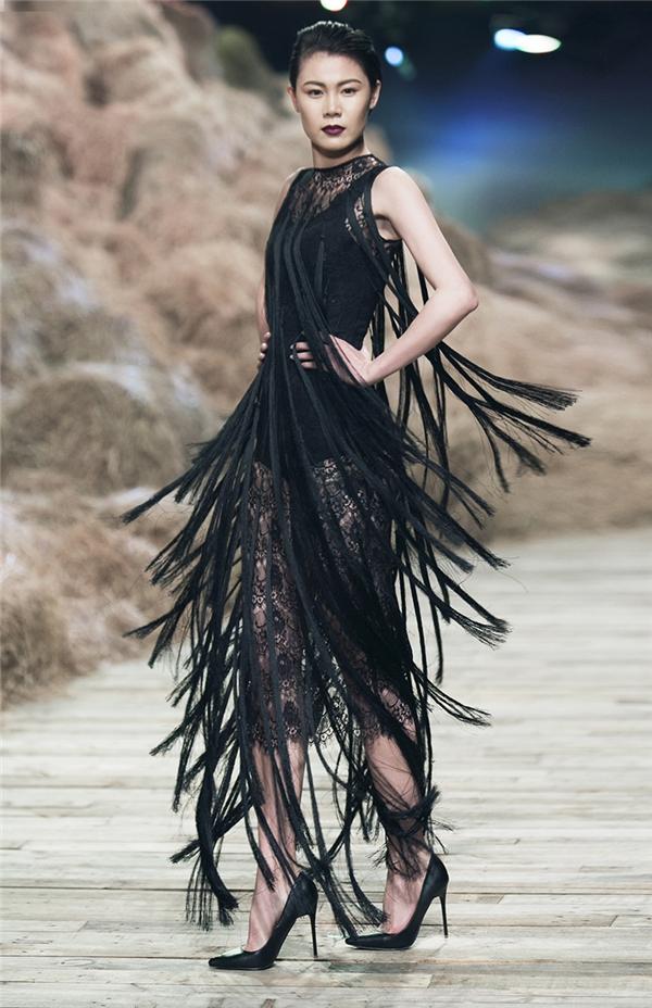 Màn trình diễn các trang phục tua rua khiến khán giả vô cùng thích thú bởi sự biến tấu đa dạng, linh hoạt từ màu sắc đến chiều dài của chi tiết.