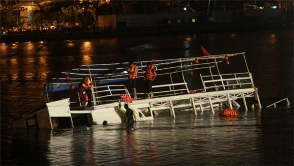 Chiếc du thuyền Thảo Vân 2 được được trục vớt kéo vào bờ. (Ảnh: Hữu Khá)