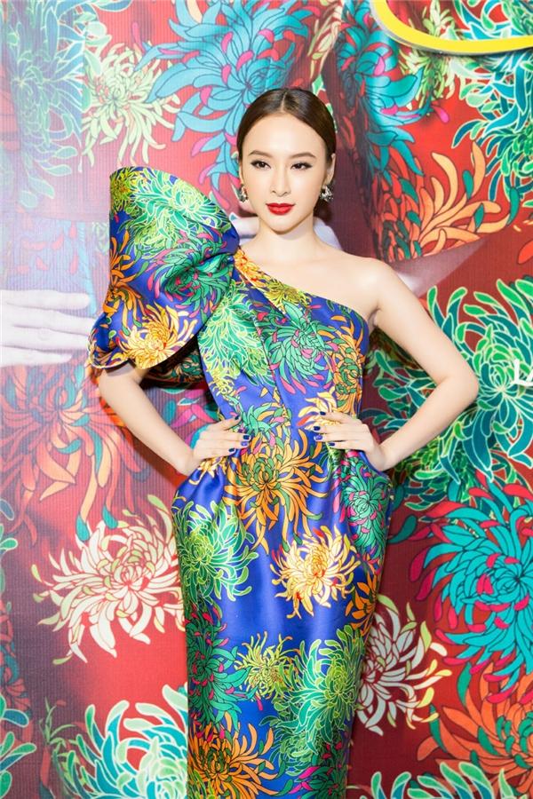 """Sau sự cố """"giờ dây thun"""" gần đây, Angela Phương Trinh có mặt khá sớm trên thảm đỏ. Nữ diễn viên diện bộ váy lệch vai với chi tiết nơ phồng to ở cầu vai."""