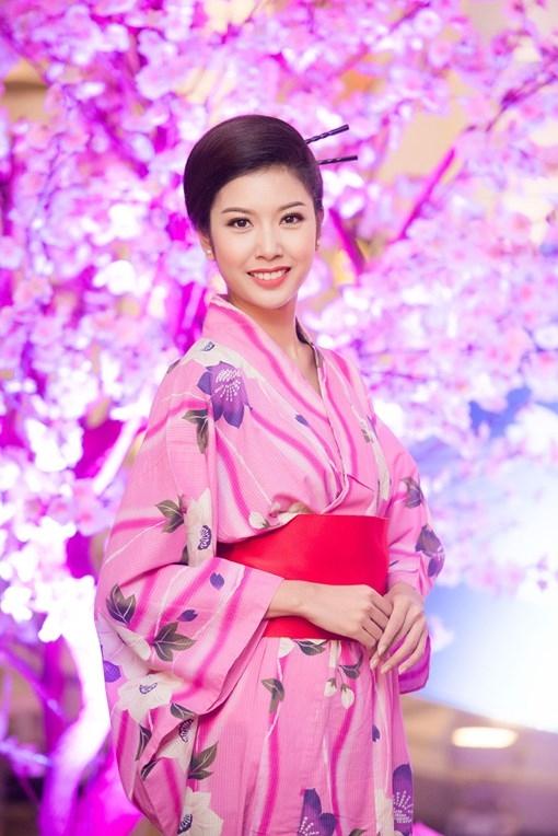 Á hậu Thúy Vân nền nã trong bộ kimono màu hồng nữ tính. - Tin sao Viet - Tin tuc sao Viet - Scandal sao Viet - Tin tuc cua Sao - Tin cua Sao