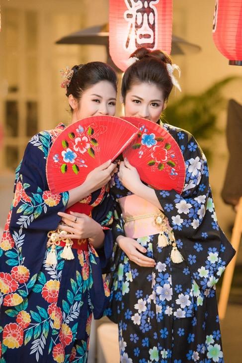 Ngọc Hân và Tú Anh tạo dáng như những gái Nhật bản xứ. - Tin sao Viet - Tin tuc sao Viet - Scandal sao Viet - Tin tuc cua Sao - Tin cua Sao