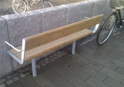 Cuộc sống phũ phàng không chừa một ai kể cả băng ghế bên đường. (Ảnh: Internet)