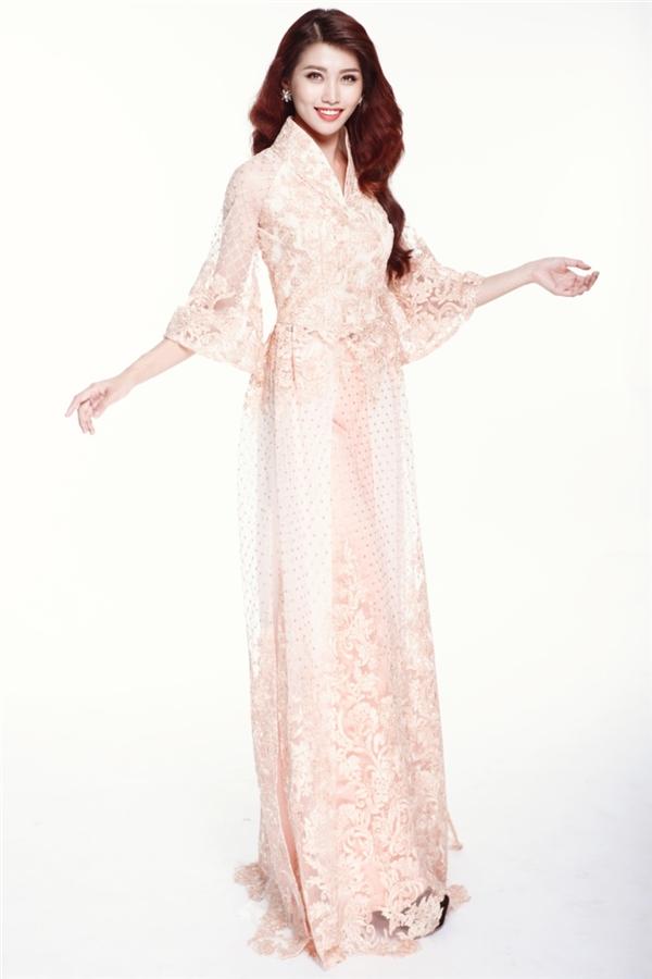 Chế Nguyễn Quỳnh Châu - cô gái được đánh giá cao nhờ kinh nghiệm thi đấu tại một vài cuộc thi trước như: Vietnam's Next Top Model, Hoa hậu Hoàn vũ Việt Nam 2015. Váy dạ hội của Quỳnh Châu lấy sắc trắng tinh khôi làm chủ đạo. Trong khi đó, áo dài lại có màu hồng nhạt ngọt ngào.