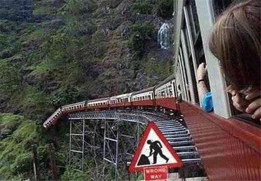 Khi bạnvô tình nhìn ra ngoài cửa sổ và chợt nhận ra đoàn tàu của mình sắp...rơi xuống vực. (Ảnh: Internet)