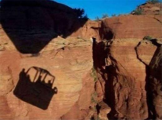 Bóngcủa chiếc khinh khí cầu trước khi va vào hẻm núi. (Ảnh: Internet)