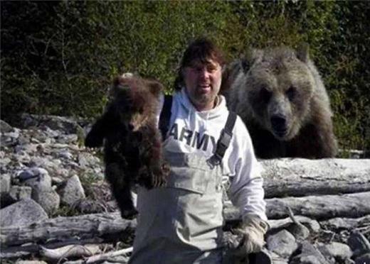 Hậu quả cho việc đùa giỡn cùng gấu con.(Ảnh: Internet)