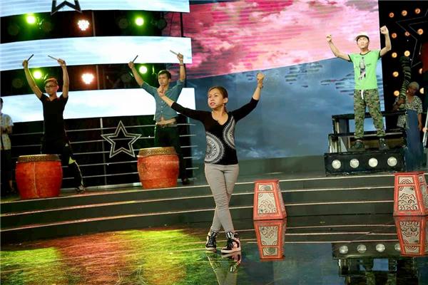 Ba cô – cố nghệ sĩ Đức Lợi cũng đã giành được huy chương vàng khi hóa thân vào nhân vật Nguyễn Huệ. Năm 1996, anh ruột cô – cố nghệ sĩ Chinh Nhânđạt được huy chương vàng giải Trần Hữu Trang khi tái hiện lại vai diễn của cha. Mặt trời đêm thế kỉlà vở diễn hết sức ý nghĩa với Bình Tinh, nay được cô trình diễn lại cùng 25 diễn viên trên sân khấu Sao Nối Ngôi như một cách tri ân gia đình.