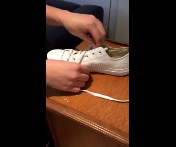 Đầu tiên, trong khi xỏ dây giày, bạn cần chừa ra 2 hàng lỗ trên cùng.